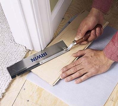 Чтобы завести ламинат под дверную коробку ее необходимо подпилить. Величина пропила равна толщина ламината + толщина подложки. Обычно это 10 – 11 мм. Подпиливают дверную коробку ножовкой по дереву с мелким зубом.