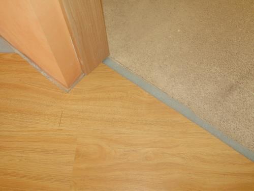 Для того чтобы не возникло зазоров между ламинатом и коробкой, ламинат необходимо завести под коробку на 5 – 10 мм. При этом следует убедится, что ламинат под дверной коробкой не упирается в стену, т.к. это может вызвать вспучивание ламината при эксплуатации.