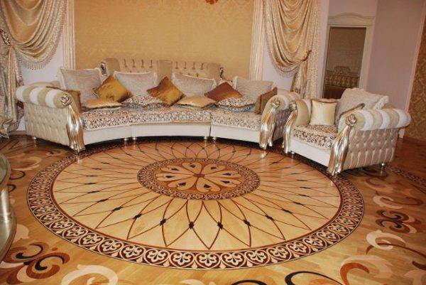 Интерьер гостиной с художественным ламинатом