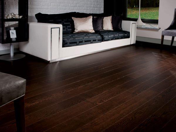 Сочетание темного ламината со светлой мебелью в интерьере