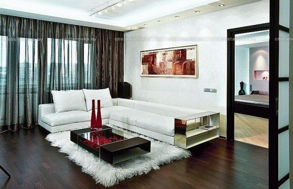 Дизайн комнаты с темным ламинатом.