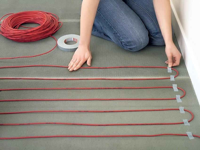 Если для обустройства теплого пола используется кабель без сетки основы - его необходимо предварительно зафиксировать