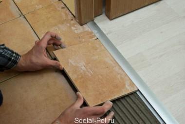 Порожек на стыке ламината и плитки в дверном проеме