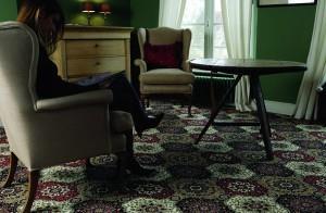 узорчатый ковролин в гостинной