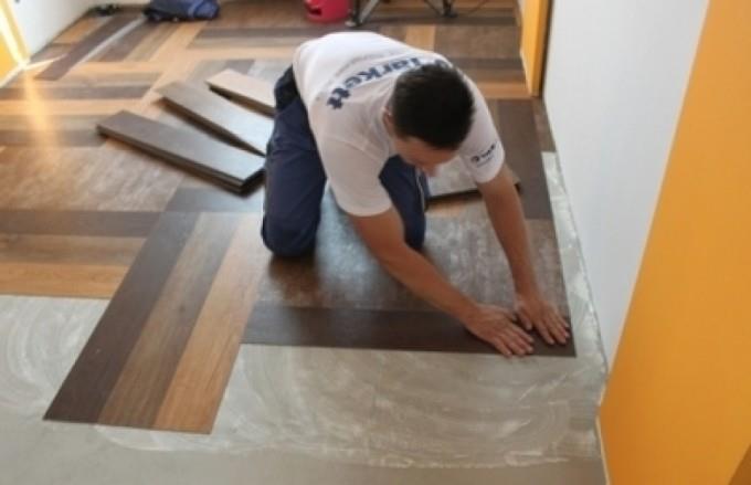 Укладка плитки на клей должна быть постепенной и последовательной