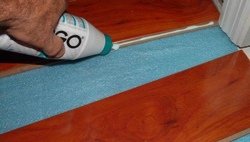 Фото: Заполнение шва ламинатной ламели клеем