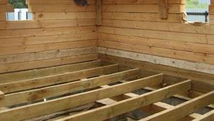 деревянный пол в процессе монтажа