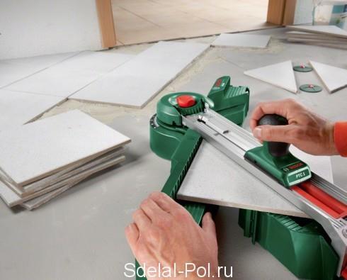 Разрезаем материал плиткорезом