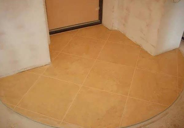 Матовая и шероховатая керамическая плитка в интерьере прихожей