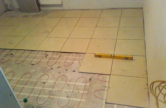 Чтобы снизить риск ошибок при укладке следует жестко сориентировать относительно стены. Если точно рассчитать положение плитки – проблема, то целесообразно класть плитку по диагонали.