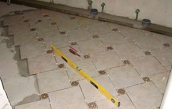 Для контроля ровности укладки потребуется уровень длиной 1-1,5 м. Таким уровнем контролируется положение плитки относительно других рядов. Если плитка уложена ровно, то зазора между плиткой и уровнем не будет.