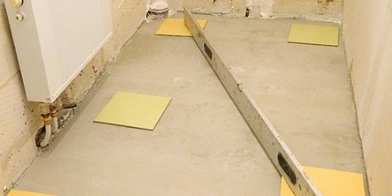 Перед тем как начать укладку плитки на не ровный пол, следует определить самое высокое место, там будет самый тонкий слой плиточного клея. С этого места необходимо начинать укладку.