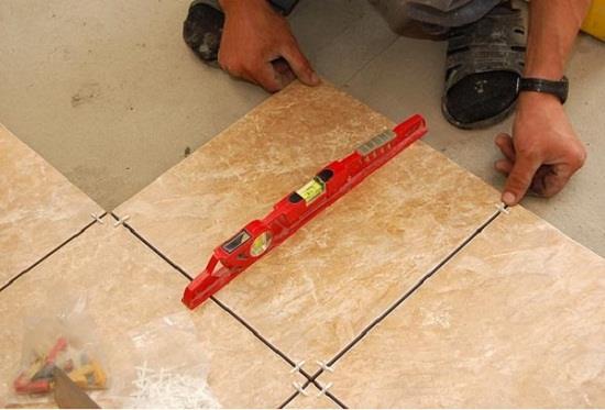 Контроль ровности укладки плитки ведут с помощью уровня длиной 20-30 см. Контролировать горизонтальность необходимо каждой плитки, причем в двух направлениях. Для обеспечения равномерного зазора между плиток необходимо применять пластиковые крестики.