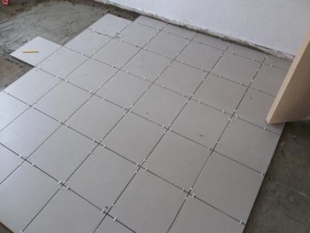 Межплиточный шов выравнивается специальными пластмассовыми крестиками. Крестики выпускаются различной ширины. Ширина крестиков зависит от размеров плитки. Чем больше плитка, тем крупнее применяются крестики. Для напольной плитки обычно используют крестики толщиной 2-3 мм.