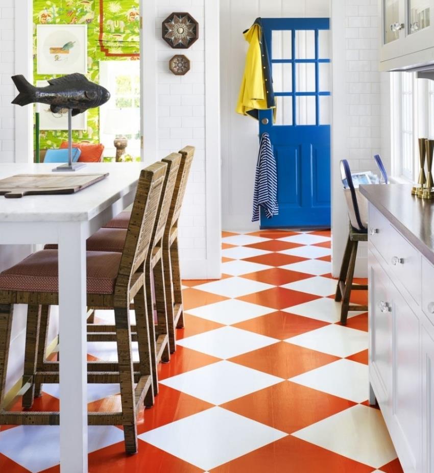На кухне лучше стелить прочный, полукоммерческий линолеум