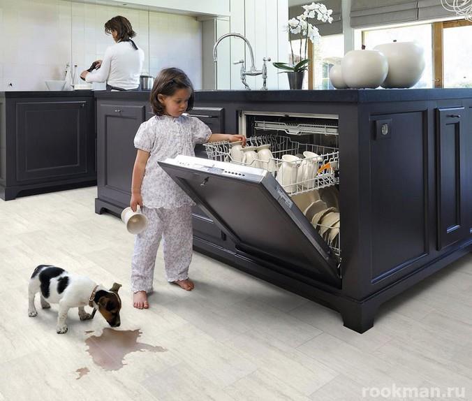 Фото влагостойкого бельгийского ламината в интерьере кухни