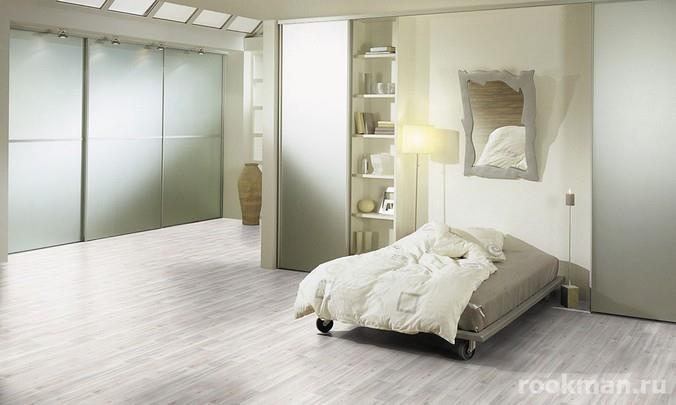 Фото ламината с дизайном беленый дуб в интерьере спальни