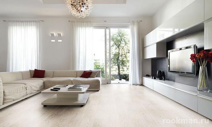 Ламинированное напольное покрытие с декором беленый дуб в интерьере гостиной