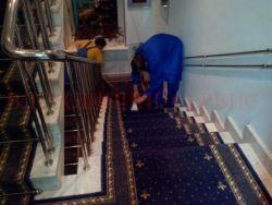 Чистим ковровое покрытие на лестнице