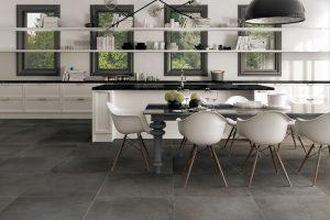 Большая плитка на полу на кухне