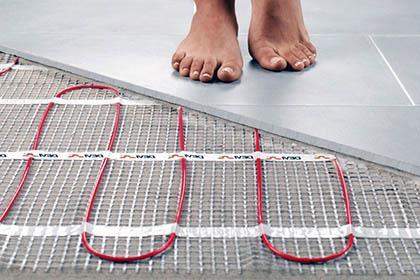ноги на плитке теплый пол