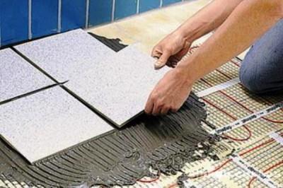 Плитка над теплыми полами укладывается по аналогии с обычными способами монтажа керамики на пол
