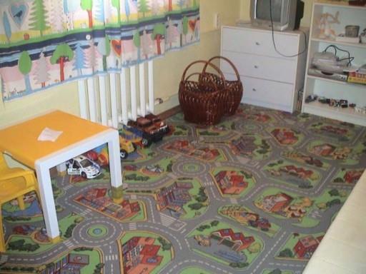 Для детской комнаты можно выбрать яркий ковролин, который станет необычным полем для веселых игр