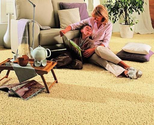 На полу, покрытом ковровым покрытием можно сидеть, лежать, играть в настольные и другие игры с детьми