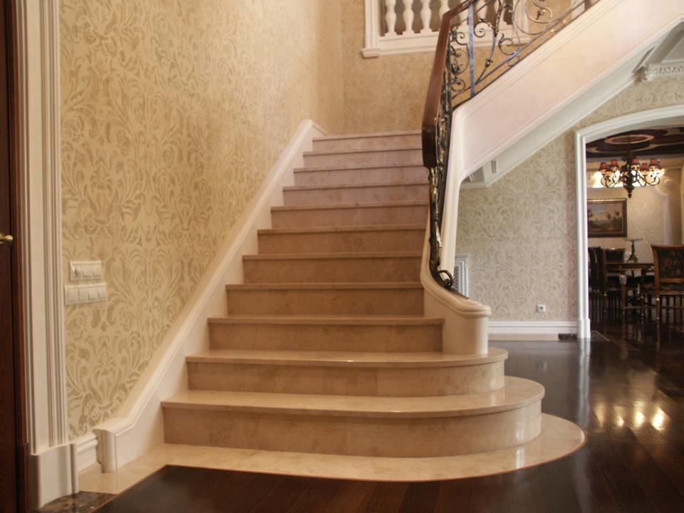 отделка лестницы мрамором