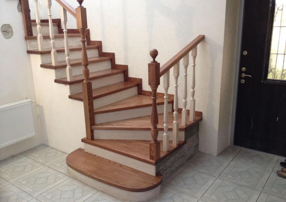 отделка лестницы деревом