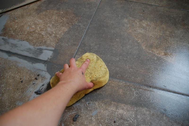 Очистка пола после затирки швов