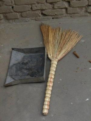 Уборка пыли и мелкого мусора с рабочей поверхности
