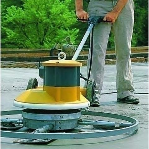 Устранение дефектов не обойдется без проведения очистки старого напольного покрытия и частичного его снятия в поврежденных местах