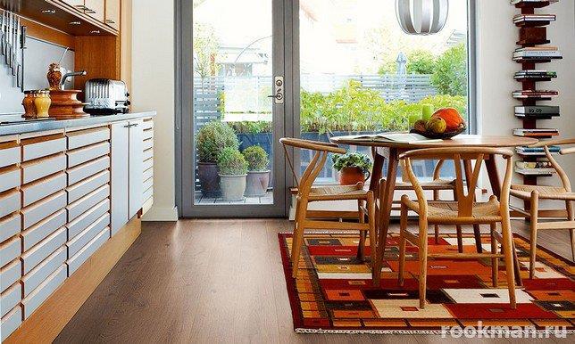 Ламинированные напольные покрытия толщиной 12 мм в дизайне кухни