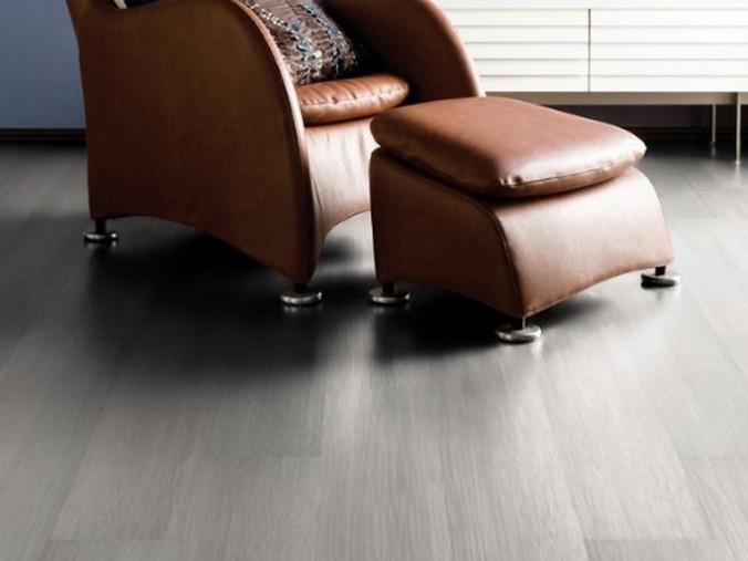 Темно-серый ламинат Alloc в сочетании с мебелью с кожаной обивкой коричневого цвета