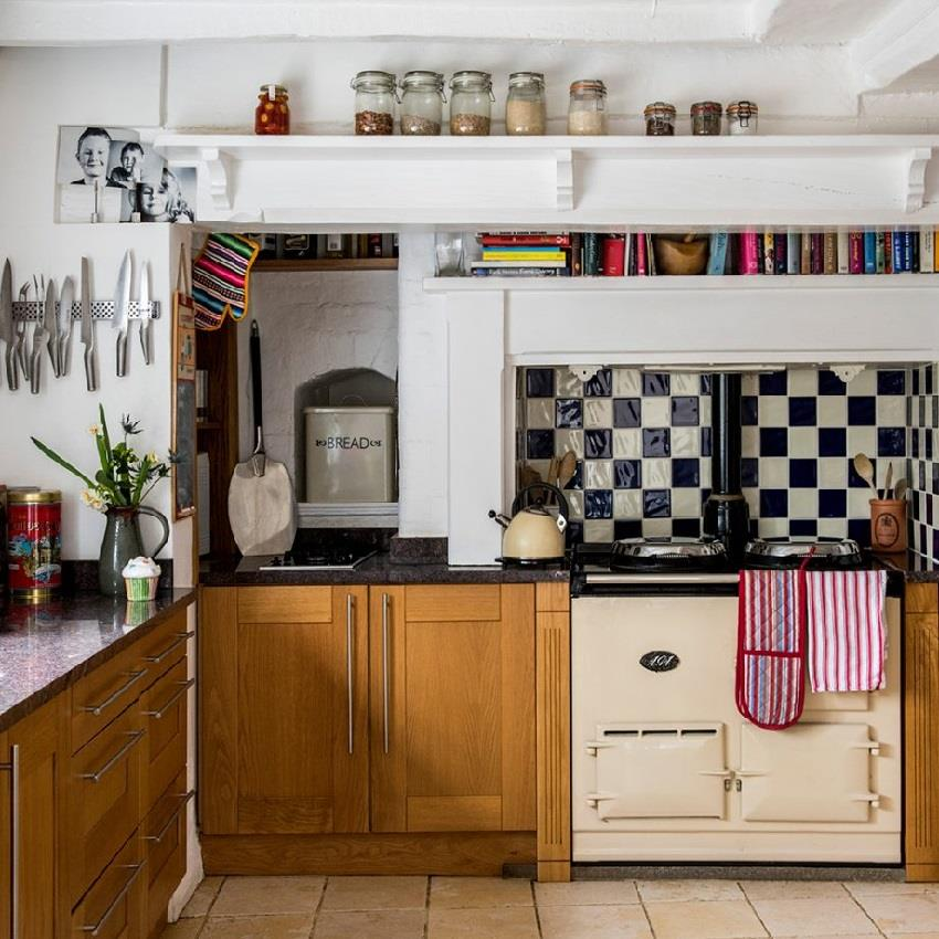 Черно-белая квадратная плитка в оформлении кухонного фартука