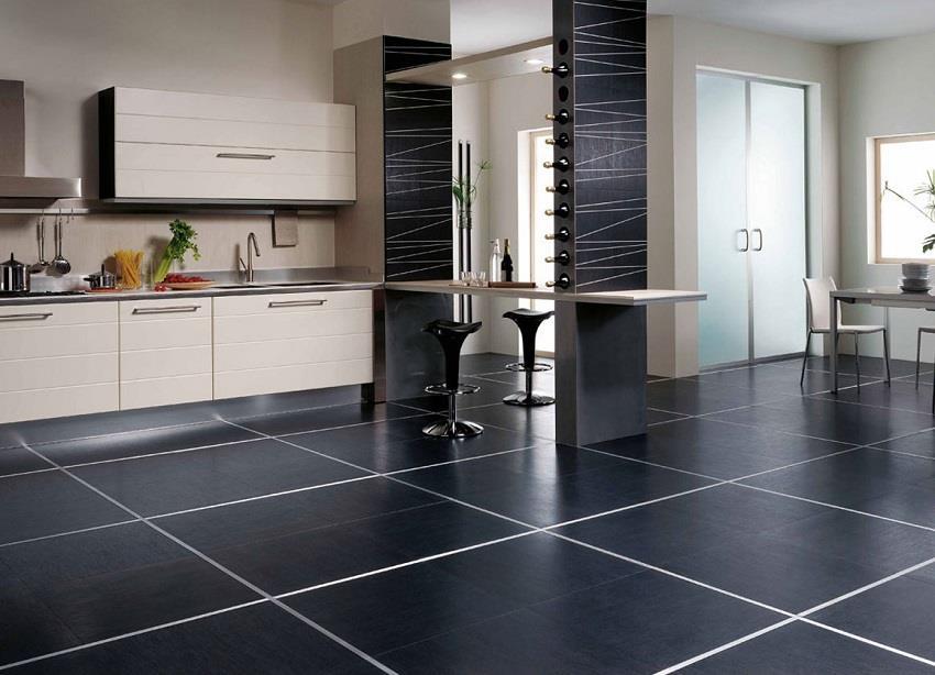 Матовая черная плитка для пола на кухне
