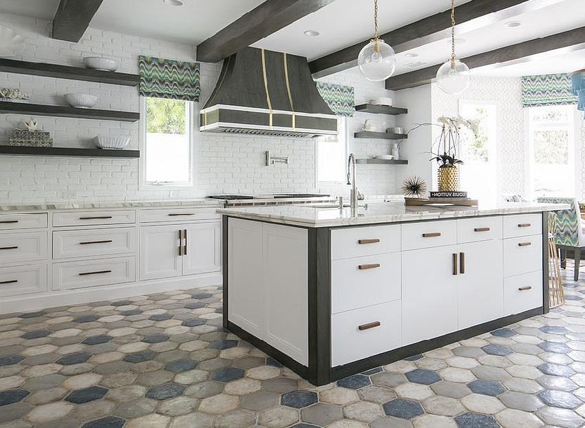 Шестигранная плитка на полу в кухне