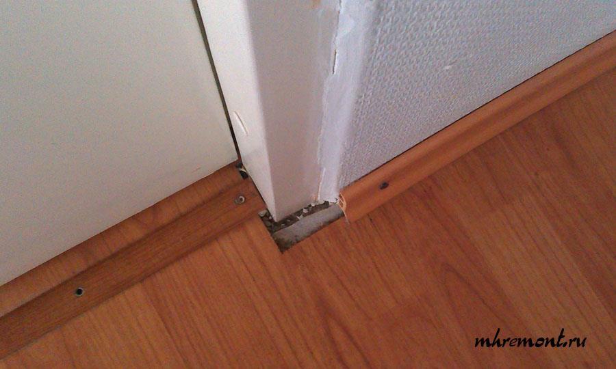 В результате неправильной укладки ламината в дверном проеме образуется зазор. Этот зазор нарушает целостность напольного покрытия и портит внешний вид пола. Закрыть такой зазор наличником или плинтусом не представляется возможным. Чтобы не было этого зазора ламинат при укладке необходимо заводить под дверную коробку.