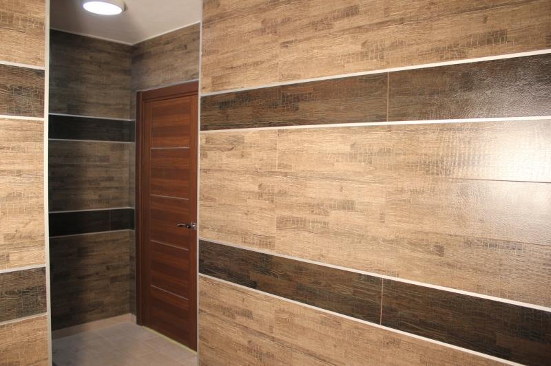Дизайн горизонтальной отделки стен ламинатом в двух цветах