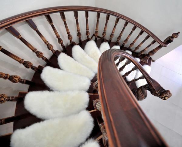 Накладки украшают лестницу