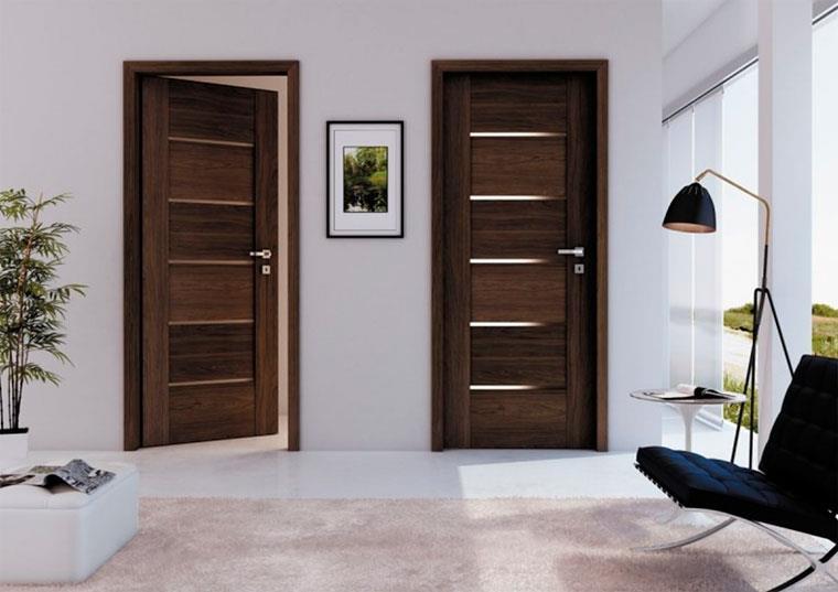 Дверь темного цвета визуально уменьшает пространство