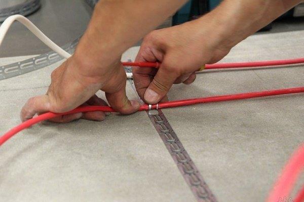 Укладка греющего кабеля на стяжку