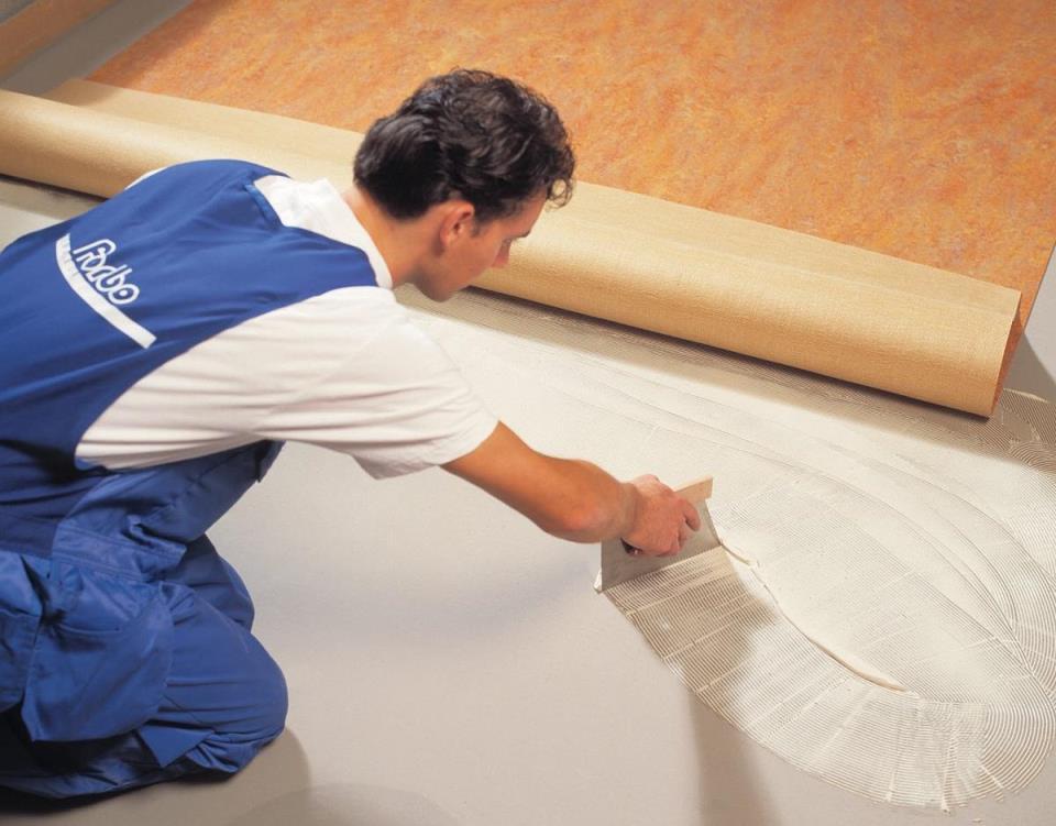Приобрести мастику или клей для поклейки линолеума можно в любом строительном магазине по небольшой цене