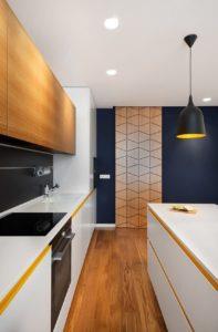 Гармоничное сочетание цвета пола и мебели в интерьере кухни