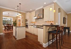Водостойкий ламинат в помещении кухни
