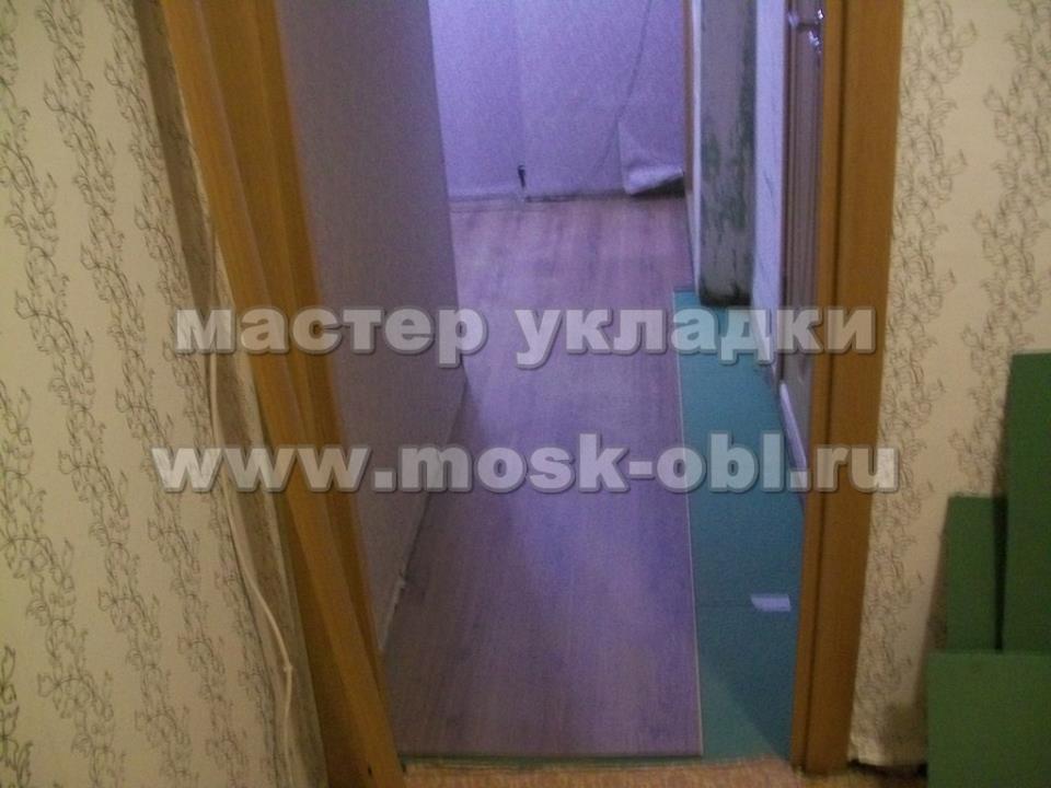 вид на ламинат в коридоре из кухни