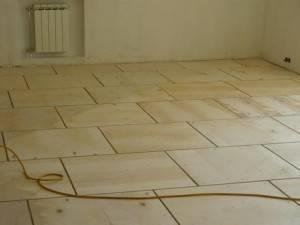 Стелим линолеум на деревянный пол