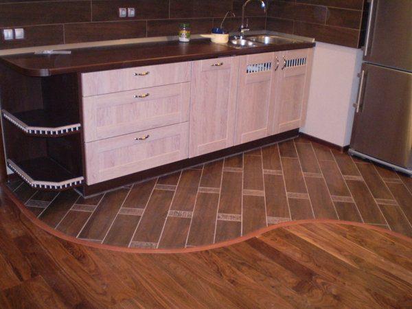Вариант сочетания плитки ПВХ и ламината на кухне