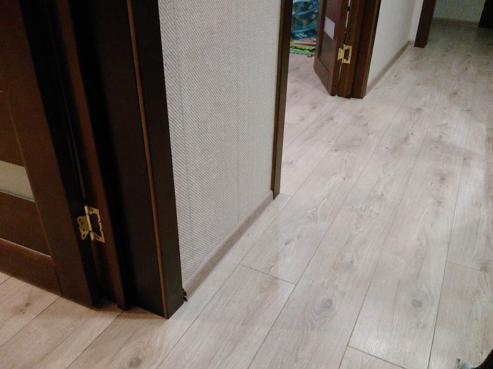 ламинат в коридоре и на выходах в гостинную и кухню